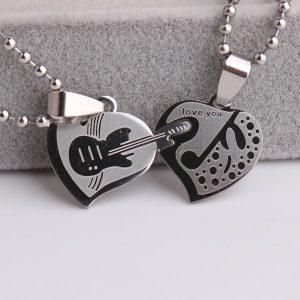 double pendentif double cœur pour ceux qui aiment jouer de la guitare